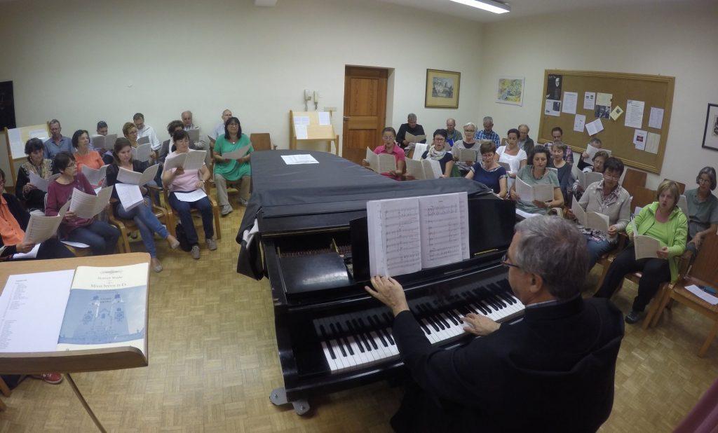 Der Stiftspfarrchor mit Chorleiter Pater Urban Stillhard bei einer Probe im Herbst 2015